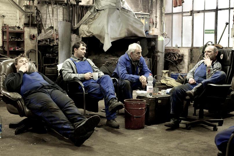 Pause auf der Flint Werft, hinten der Schmiedeofen.