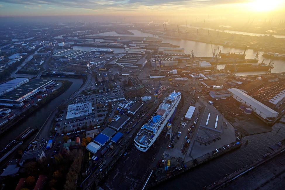 Die Thomson Dream im Dock von Blohm und Voss aus einem Hubschrauber heraus fotografiert.