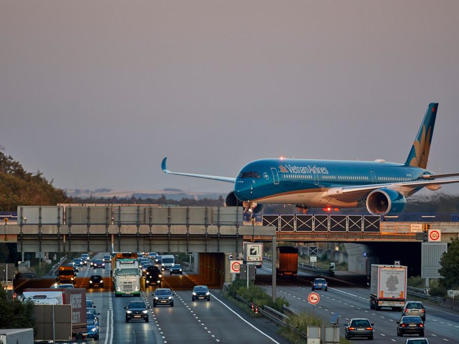 Am frühen Morgen rollt ein Airbus A350 zum Terminal nach der Landung über die Autobahn A3.