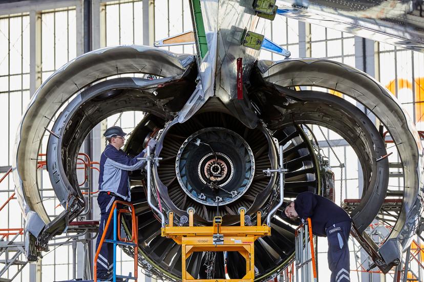 Das Triebwerk einer Boeing747/8 wird in der Halle 6 der Lufthansa Technik in FRA gewartet.