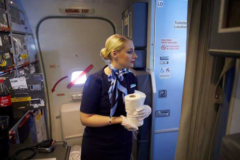 Wichtige Aufgabe der Flugbegleiter*innen im Flug, die Sauberkeit der Toiletten.