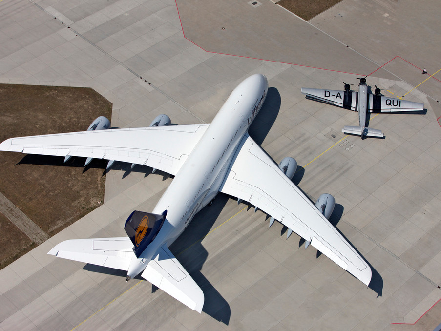 JU 52 und ein Airbus A380 in Finkenwerder. Hier sieht man schön den Größenunterschied beider Flugzeuge.