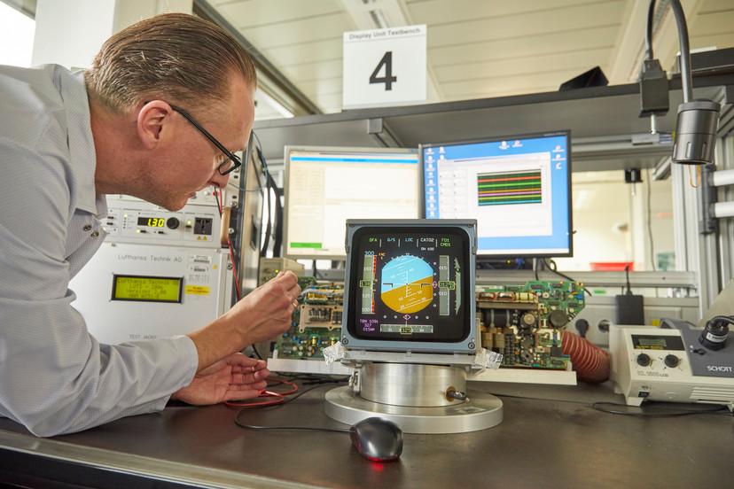 In einem Workshop bei der Lufthansa Technik wird der Digitaler Horizont eines Flugzeuges justiert.