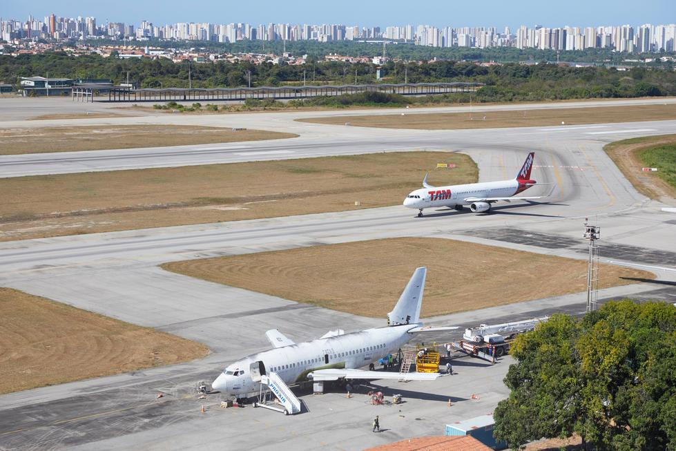 """Die """"Landshut"""" verrottete seit Jahren auf dem Flughafen der Millionenstadt Fortaleza in Brasilien."""
