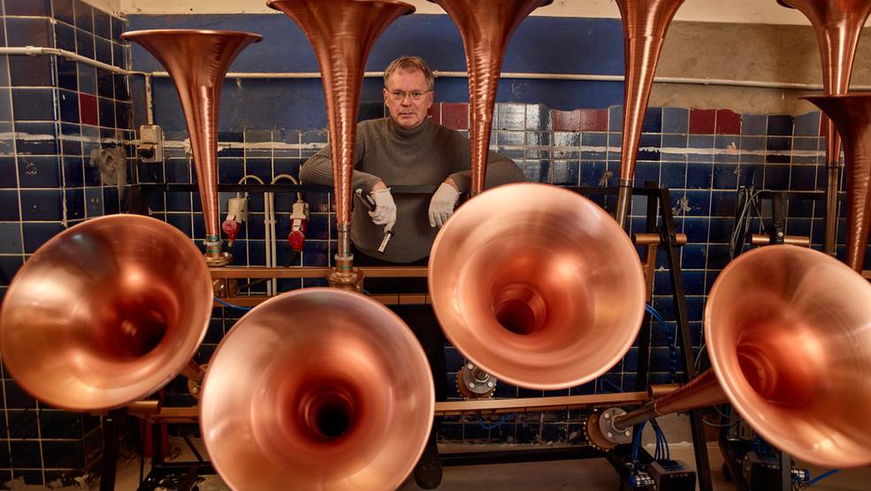 Klangkünstler Christof Schläger mit seinen Schiffshörnern
