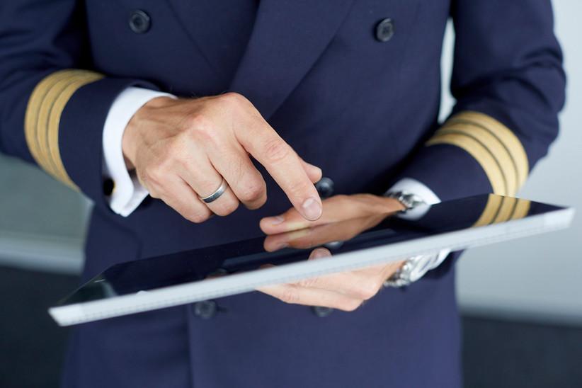 Am eDesk holt sich der Pilot wichtige Fluginformationen.