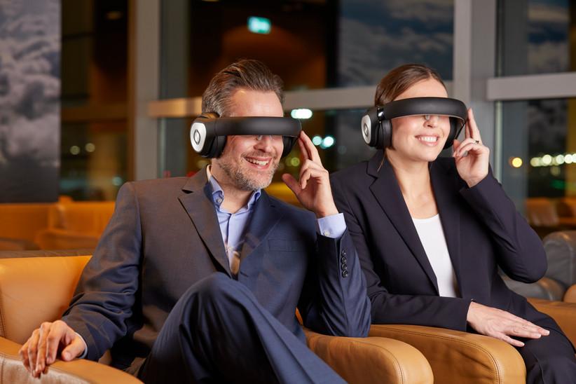 Filme sehen mithilfe der Retina Technologie in der Business Lounge der Lufthansa.