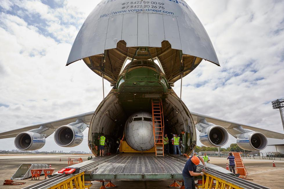 """Die """"Landshut"""" in der Antonov verstaut, das war Zentimeter Arbeit."""
