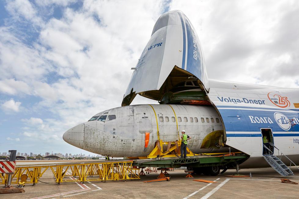 """Die """"Landshut"""" wurde in den Rumpf einer Antonov124 geladen."""