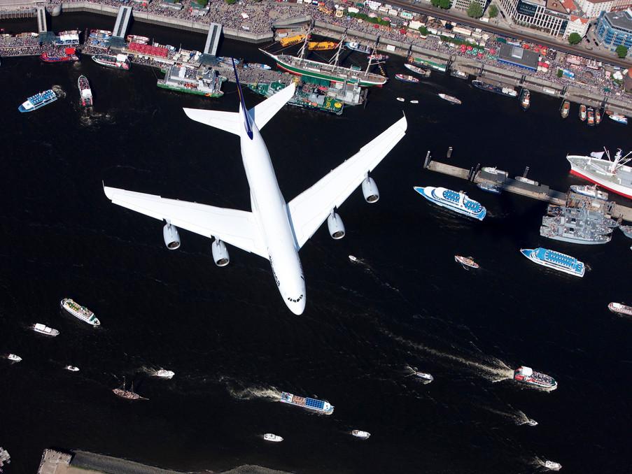 Hafengeburtstag in Hamburg, ein gerade fertig gestellter Airbus A380 der Lufthansa überflog das Fest in 600m Höhe. Ich saß auf 1000m in einem Hubschrauber und machte dieses Bild.