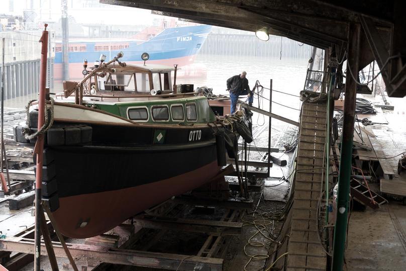 Die Barkasse liegt im Dock der Flint Werft.