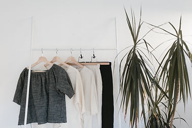 Kleidung auf einem Gestell