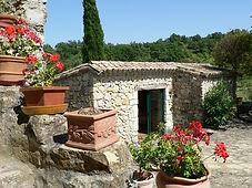 Vue extérieure du gîte en Ardèche avec géraniums