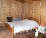 Intérieur en lambris de la chambre d'hôtes en Ardèche