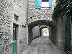 Ruelle pavée et couverte de St Maurice d'Ibie