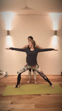 YOM Yogalehrerausbidlung - Adjustment Krieger 2