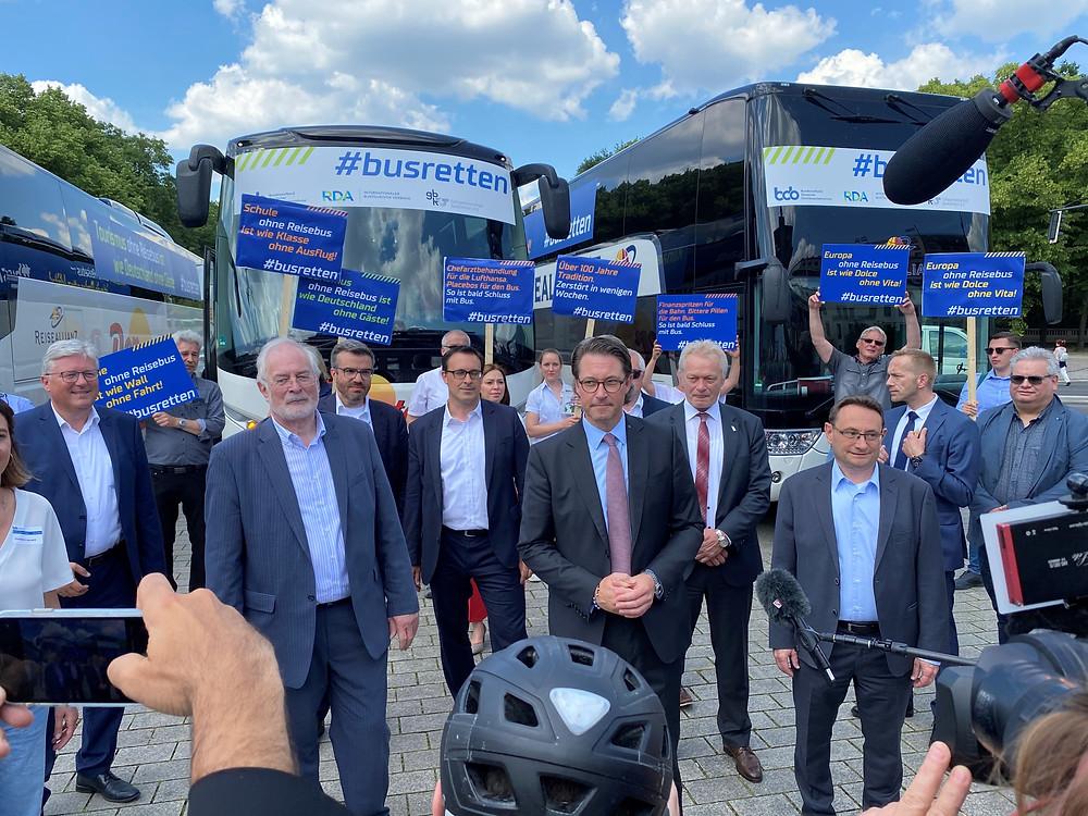 Das Bild zeigt Verkehrsminister Scheuer und MdB Ulrich Lange mit Vertretern der Busunternehmen und weiteren Verkehrspolitikern am Brandenburger Tor. Bild Helen Meyer