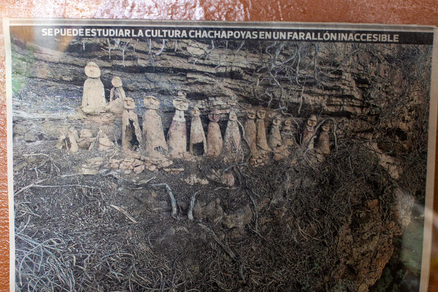 A newspaper depicts the discoveries of Karijía, in the Utcubamba valley. On the mountainside, rows of tombs were placed on the mountain side. The Utcubamba valley is located 48 kilometers from Chachapoyas.