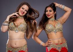Orientaliska dansöser i röda magdansdräkter