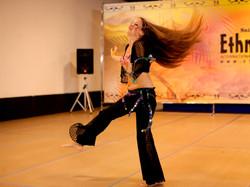 Magdansös som dansar så att håret flyger