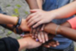 Des mains solidaires qui se rassemblent et se soutiennent.