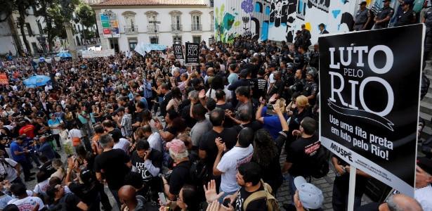 Fonte: https://noticias.uol.com.br/cotidiano/ultimas-noticias/2016/11/09/em-segundo-dia-de-protesto-na-alerj-servidores-sao-dispersados-com-bombas-de-gas.htm