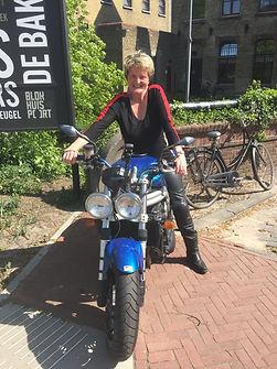 Claudia Woolgar op haar Triumph.JPG