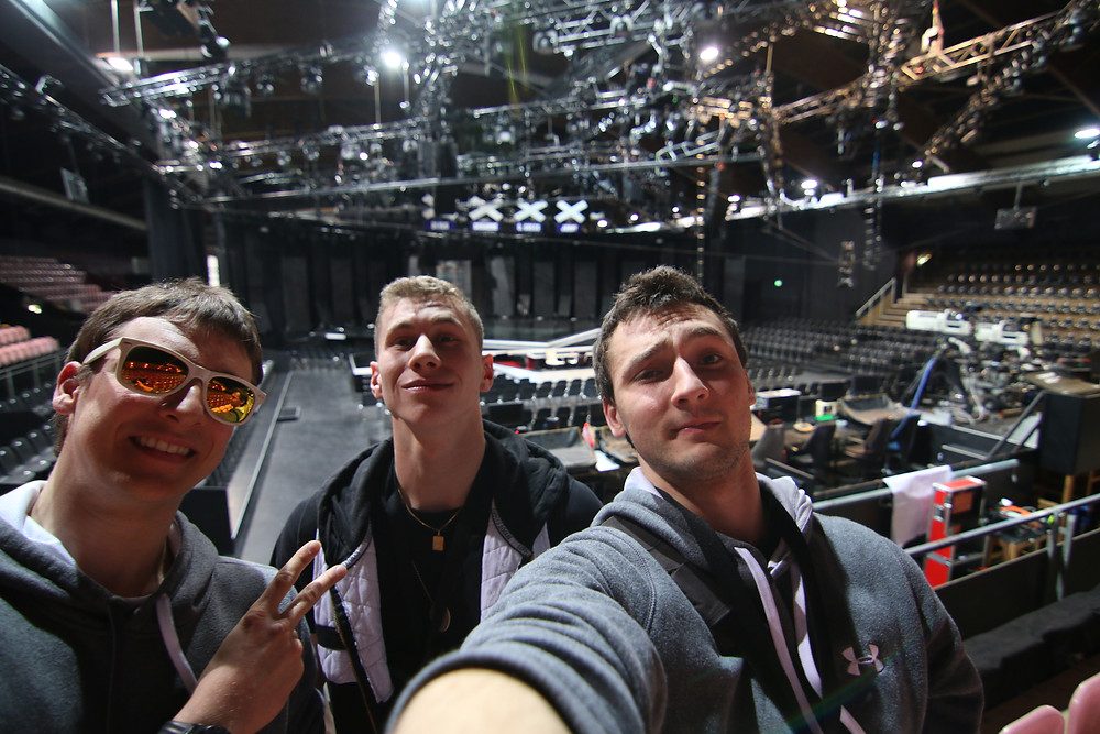 selfie devant la scène de l'émission