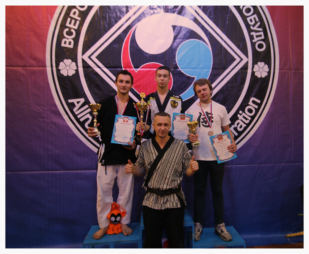 De droite à gauche; Tanguy Guinchard 2ème (SUI), Pavel Kuznetsov 1er(RU), Danila Nikiforov 3ème (RU) en dessous, Nicolay Kuznetsov
