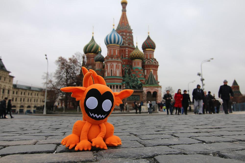 Notre Mascotte devant la cathédrale St-Basil à Moscou