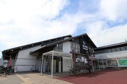 土佐漆喰の外壁と木造駅舎