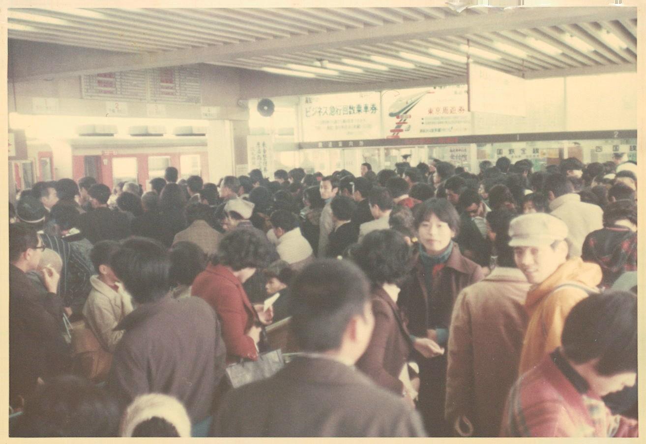 混雑する中村駅コンコース