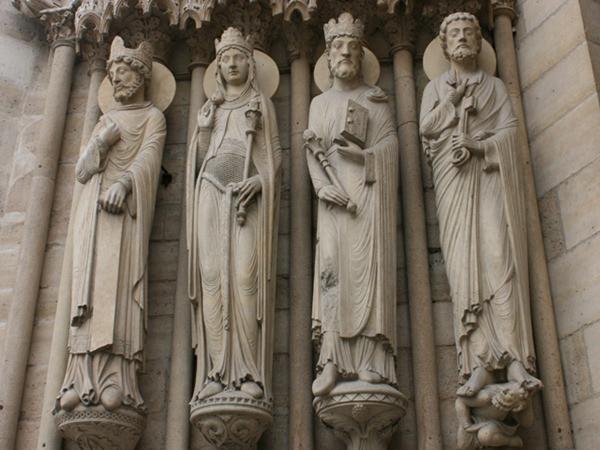 Notre Dame - detalhes na entrada - Paris - França