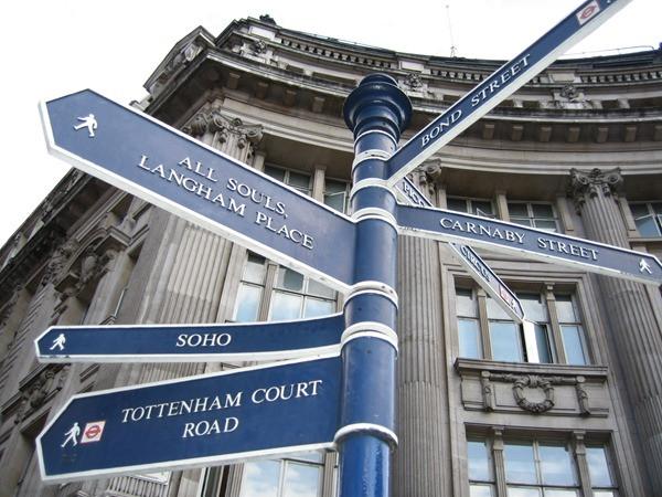 Placas no cruzamento - Londres - Inglaterra
