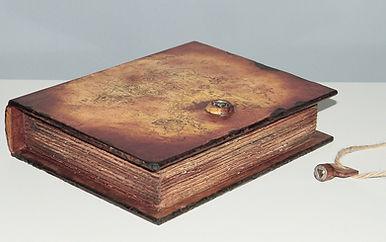 pudełko_książka stara_imitacja_na_kluczyk_zamek_prezent_urodziny.jpg