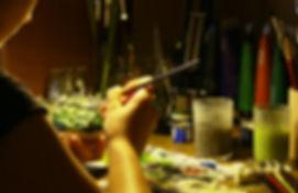 Malowanie figurki, mini zamku na Jurze. Ręczne malowanie figurki farbami.
