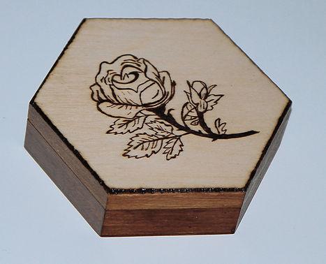 pudełko_sześcian_plaster_miodu_róża_wypalona_prezent.jpg
