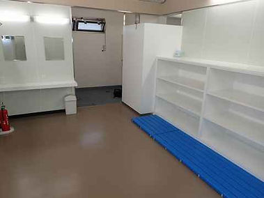 平沢マリンセンターの男性更衣室とシャワールーム