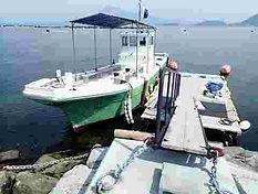 浮き桟橋とダイビングボート