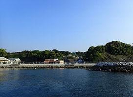 沖から平沢マリンセンターを見る