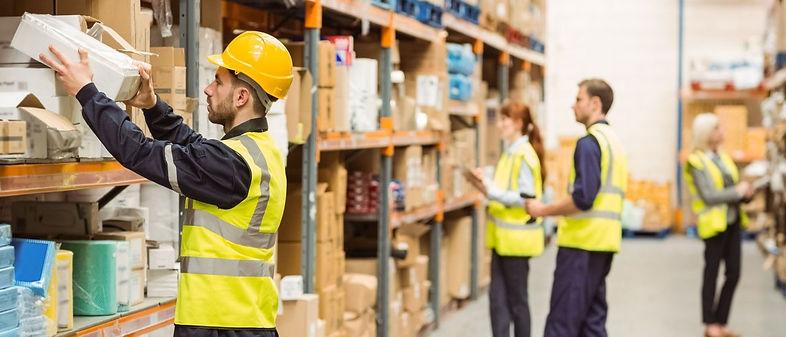 Wearable_Worker_in_Warehouse_FEIG.jpg