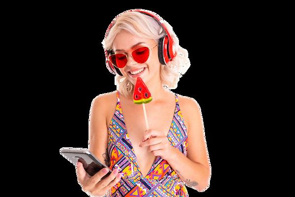 chica-rubia-traje-bano-gafas-sol-pirulet