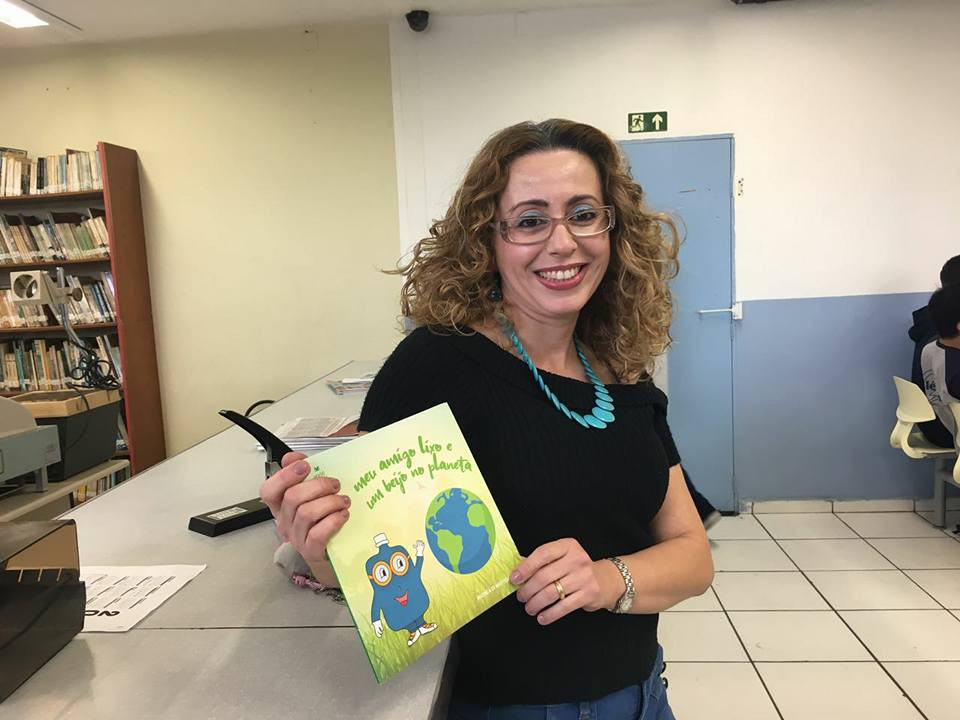 Professora Andréa Diniz na divulgação de seu novo livro meu amigo lixo e um beijo no planeta