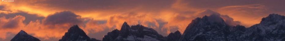 magnifique levé de soleil sur la montagne du dragon de jade vu depuis les gorges du saut du tigre