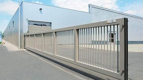 Inchiesta pubblica preliminare per norma su posa e manutenzione di porte e cancelli industriali