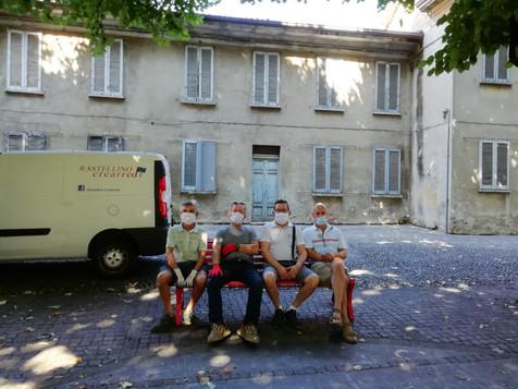 """Cesano Maderno, gli artigiani rimettono a nuovo le panchine della città. """"Un impegno importante per"""