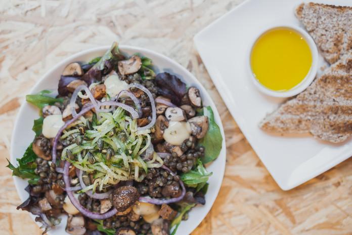 Salade met linzen, kastanjechampignons en vegan worst