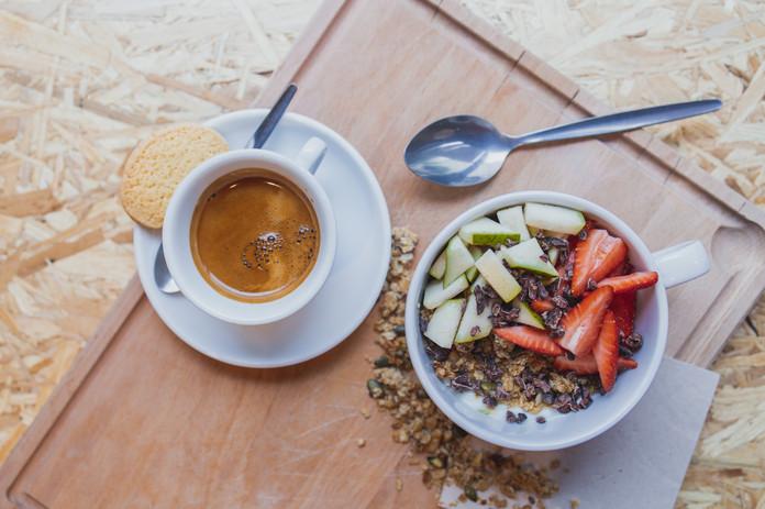 Granola met yoghurt, vers fruit en cacaonibs