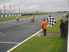 Sob chuva e com capacete emprestado, Bob Keller vence em Donington e é vice-campeão da 250 cm³
