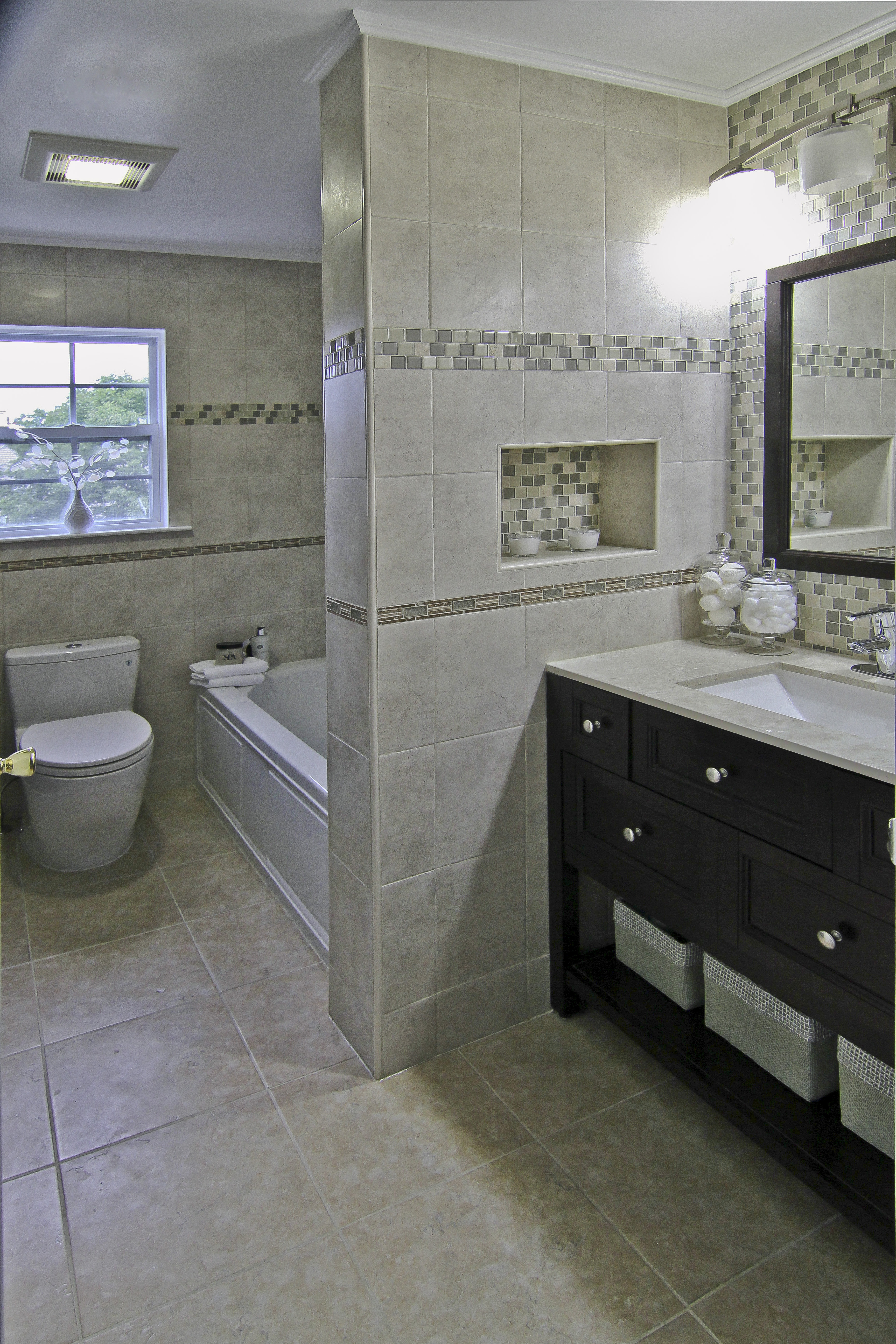 Hallway bathroom - ceramic tiles